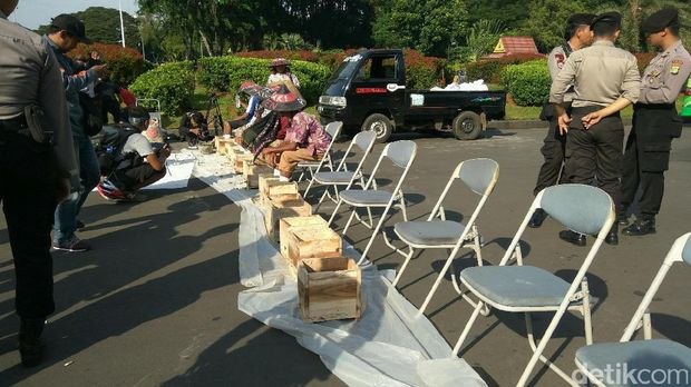 Protes Pembangunan Pabrik, 10 Petani Kendeng Menyemen Kaki di Gambir