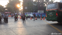 Suasana di Simpang Kebon Nanas yang Mulai Ditutup Pagi Ini