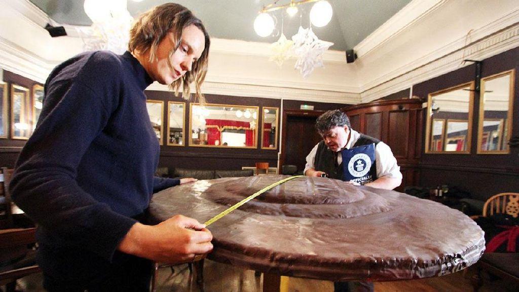 Pemenang Great British Bake Off Ciptakan Jaffa Cake Terbesar di Dunia