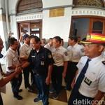 Kunjungi Stasiun Cirebon, Dirut PT KAI Dapat Kejutan Ulang Tahun