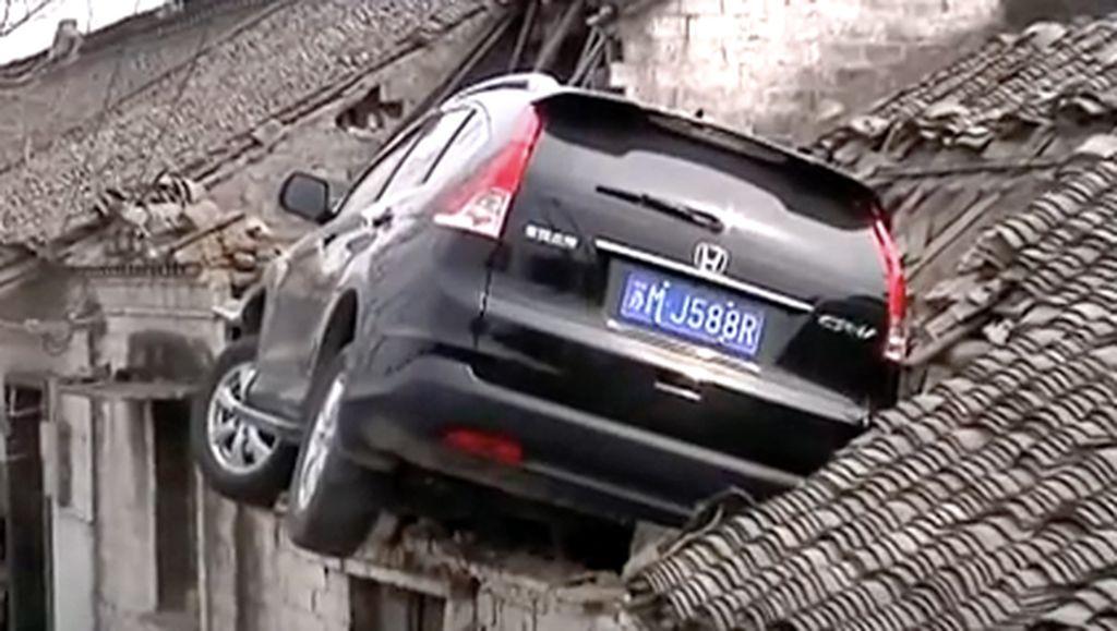 Salah Injak Pedal, Honda CR-V Ini Nyangkut di Atap Rumah