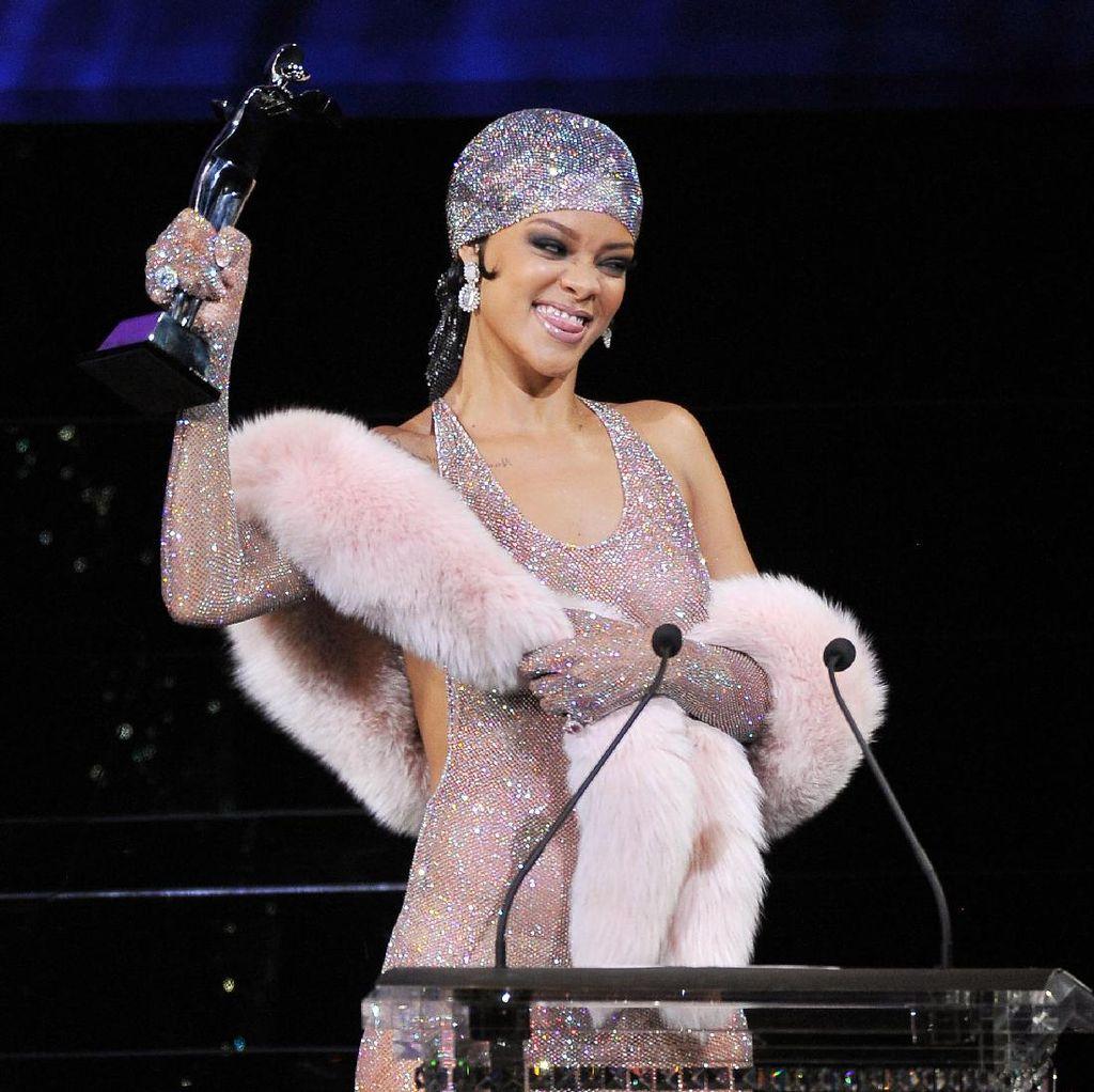 Rihanna Dihujat Netizen Gara-gara Edit Foto Ratu Elizabeth