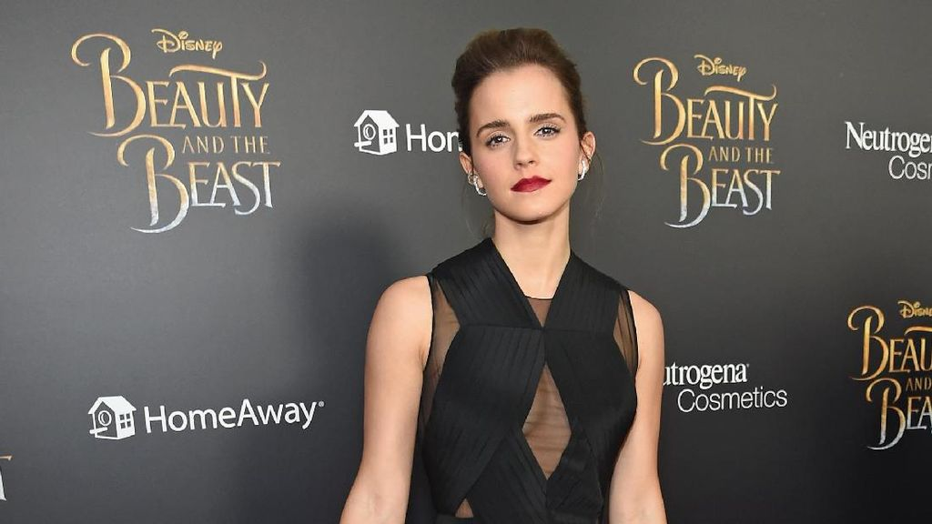 Sneakers Putih Ini Jadi Favorit Emma Watson di Premier Beauty and the Beast