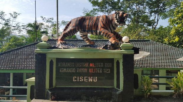 Patung macan baru di Koramil Cisewu.