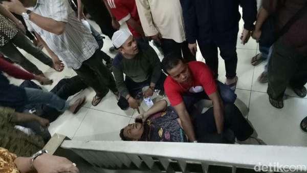 Momen Proses Evakuasi dari Lift Jatuh di Blok M Square