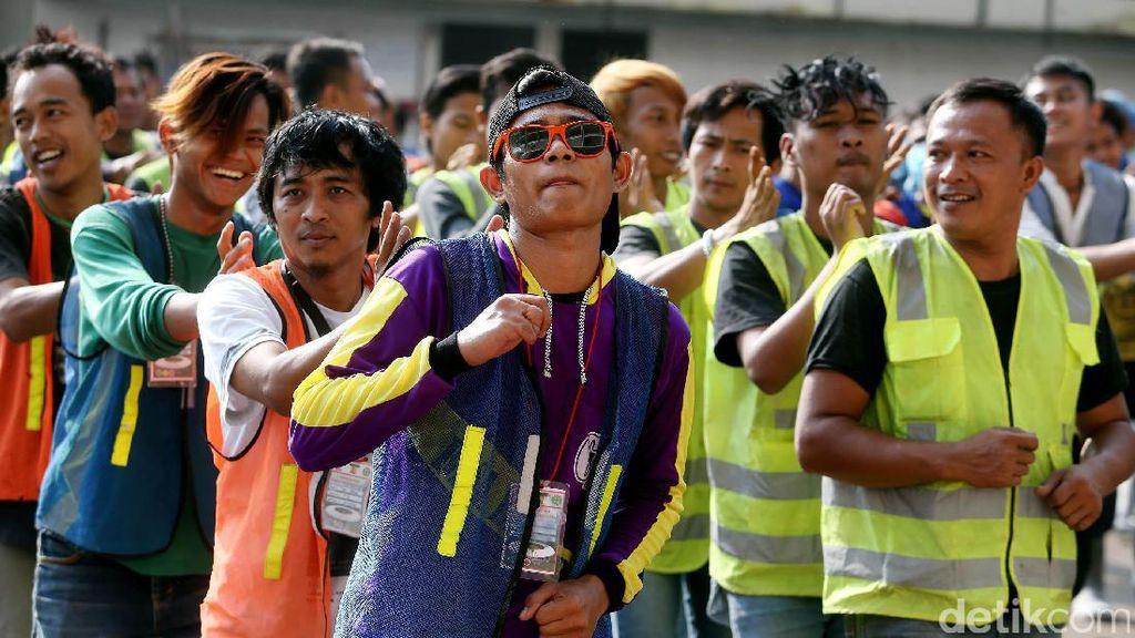 Ratusan Pekerja Renovasi SUGBK Senam Bersama