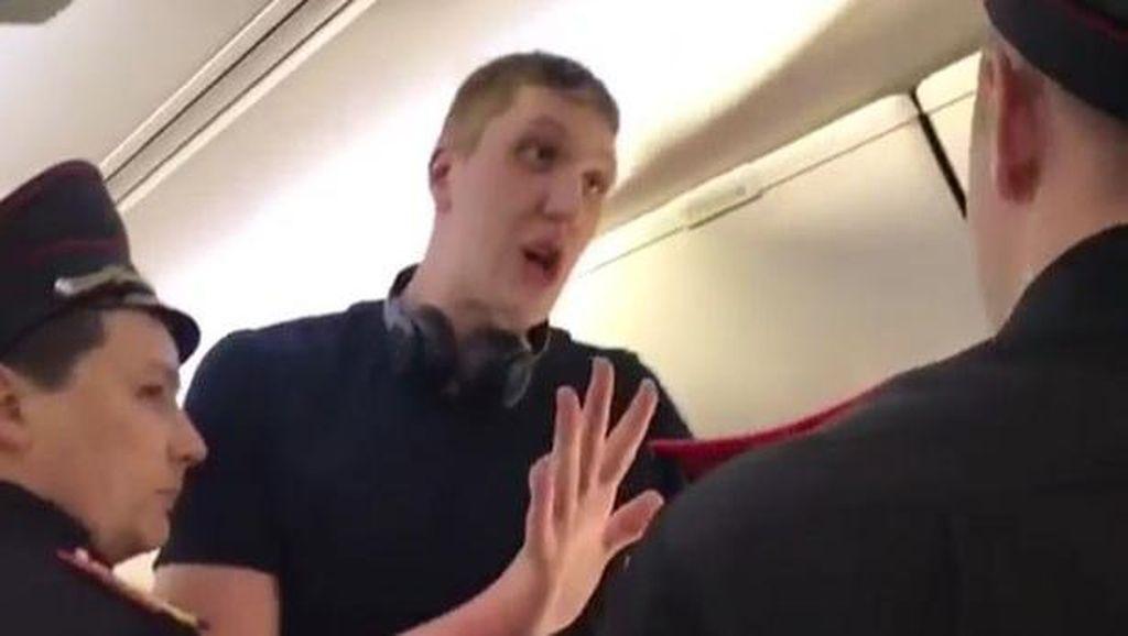 Kasihan, Traveler Ini Diusir Dari Pesawat Karena Terlalu Tinggi