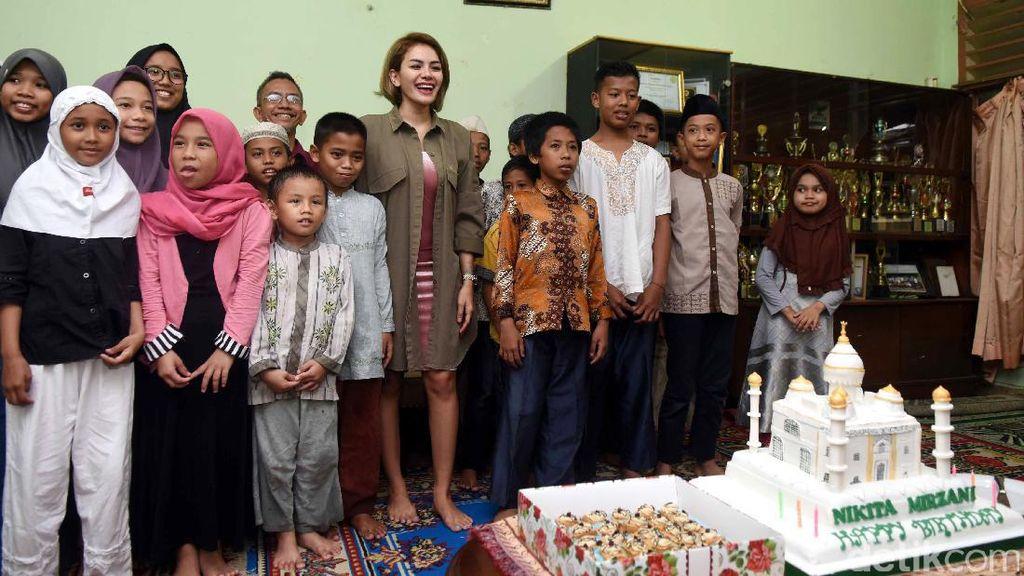 Kue Masjid dan Anak-anak Panti Asuhan di Ulang Tahun Nikita Mirzani