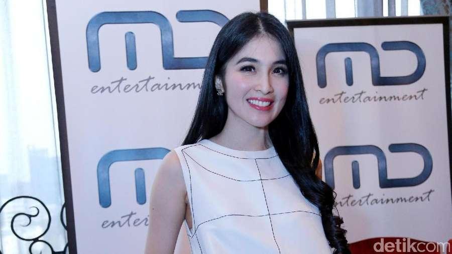 Awas Terpikat Bibir Merah Sandra Dewi