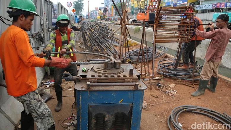 Kerja Keras di LRT Kelapa Gading