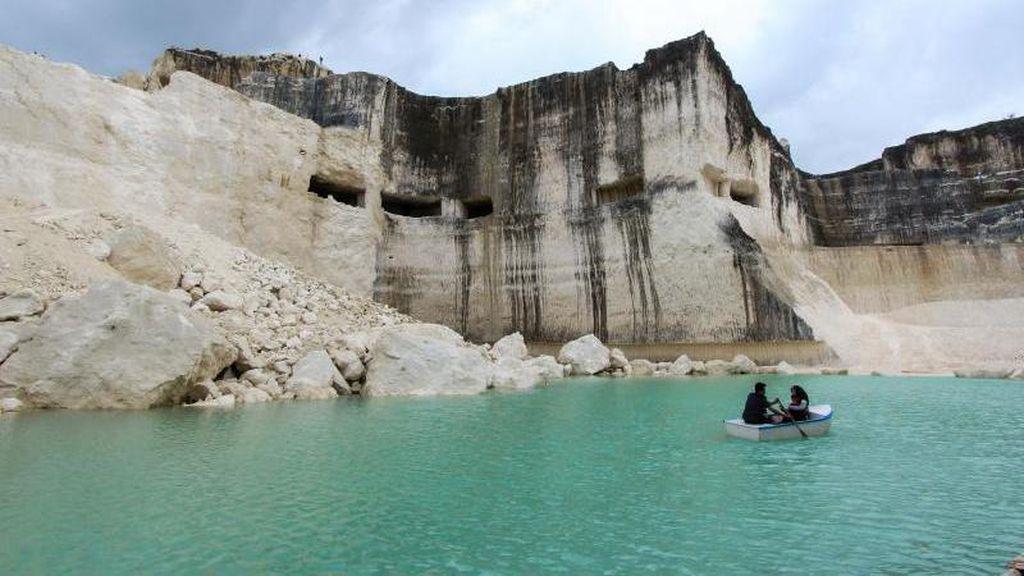 Danau Biru yang Hits di Madura