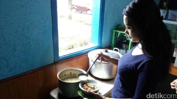 Ita menyiapkan makanan (Enggran/detikTravel)