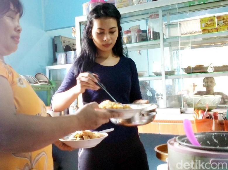 Tentang Ita Si Cantik Pelayan Warung yang Viral di Media Sosial