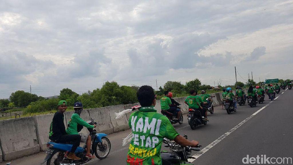 PJR dan Satpol PP Kawal Bonek Bermotor di Jalan Tol Menuju Stadion GBT