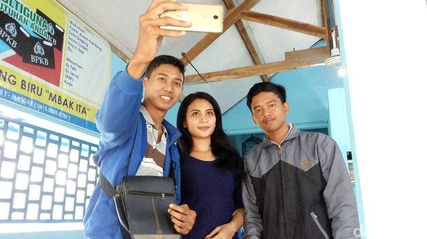 Pengalaman Pelayan Cantik Ita, Diajak Selfie hingga Dikatain Sombong
