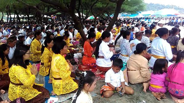 Jelang Nyepi, Umat Hindu Gelar Melasti di Pantai Jolosutro