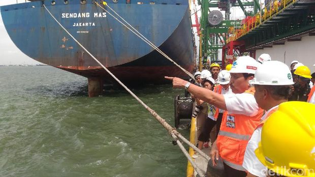 Menko Luhut di Terminal Teluk Lamong