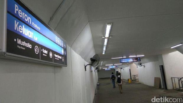 Papan informasi di underpass Stasiun Manggarai.