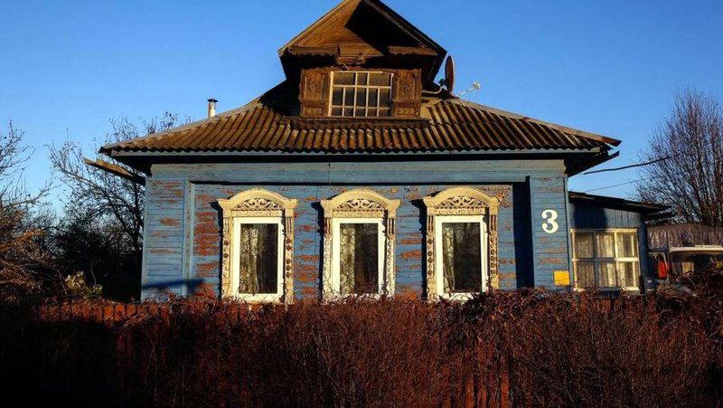 Rumah dengan arsitektur Rusia ini terbuat seluruhnya dari kayu, bukan batu bata seperti rumah zaman sekarang. Yang jadi ciri khas, yaitu pada bagian jendelanya yang dihiasi ukiran-ukiran kayu keren (Maxim Shemetov/Reuters)