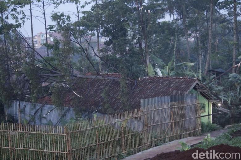 30 Rumah di Cileunyi Disapu Angin Puting Beliung
