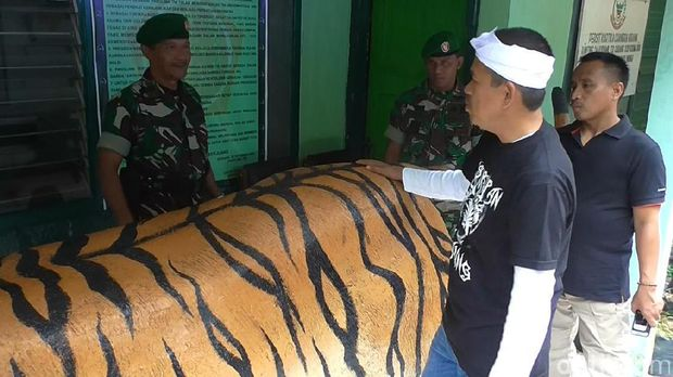 Sambangi Koramil Cisewu, Bupati Dedi Hadiahkan Patung Macan