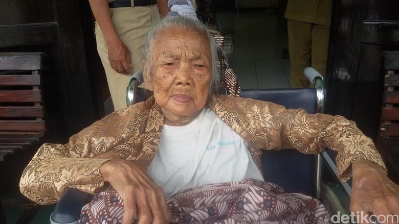 Kisah Mbah Sendrong yang Berusia - Bantul Seorang nenek di Daerah Istimewa yang usianya diperkirakan tahun tinggal di gubuk sebatang Nenek yang bernama Setro
