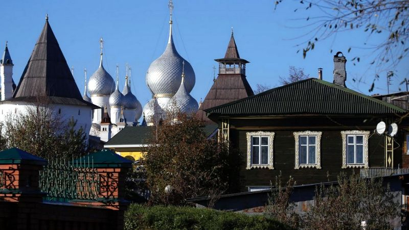 Sebelum dipenuhi bangunan bergaya modern seperti sekarang, rumah-rumah di Rusia memiliki ciri arsitektur yang khas. Terutama di bagian jendelanya (Maxim Shemetov/Reuters)