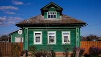 Tidak seperti rumah bercat satu hijau ini, yang tampak terawat meski usianya sudah menembus 100 tahun lebih (Maxim Shemetov/Reuters)