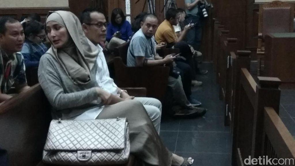 Inneke Koesherawati Kembali Dampingi Suami di Persidangan