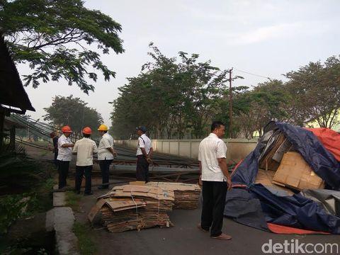 Pipa pembuangan limbah pabrik gula roboh ditabrak truk