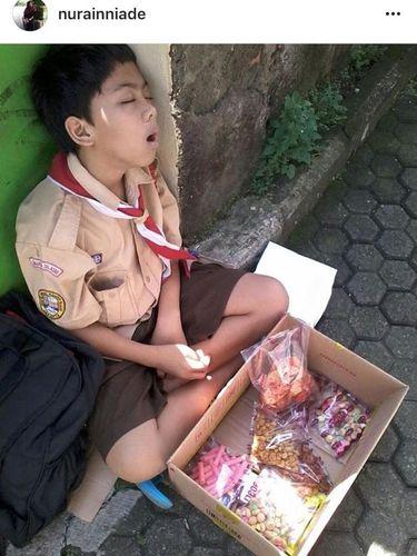 Kisah Abil, Anak Sekolah yang Tertidur di Trotoar Selepas Jualan