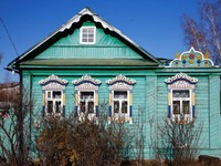 Jendela rumah Rusia dihiasi dengan ukiran berpola rumit namun cantik. Jendela sengaja dicat putih, agar kontras dengan warna cat rumah. Keren bukan? (Maxim Shemetov/Reuters)