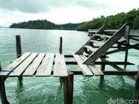 Foto: Di dermaga ada juga anak tangga yang menghubungkan antara dermaga kayu dan terapung. Ini juga spot instagrambble lho (Bonauli/detikTravel)