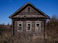 Lihat saja rumah satu ini, terlihat kosong dan terbengkalai tanpa ada satupun penghuninya (Maxim Shemetov/Reuters)