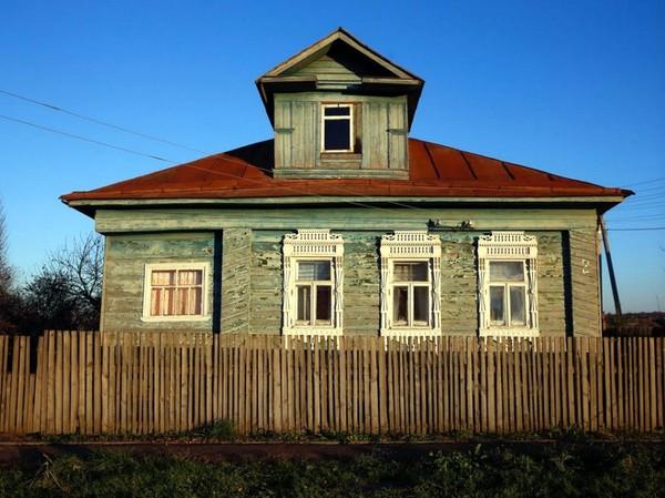 Rumah bergaya asli Rusia ini terletak jauh dari Moskow, ibukota Rusia. Tepatnya ada di pedesaan Cherevkovo, Arkhangelisk, sekitar 12 jam perjalanan darat dari Moskow (Maxim Shemetov/Reuters)