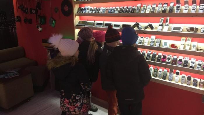 Pengunjung Museum of Old Mobile yang tengah melihat jajaran ponsel lawas. Foto: Facebook.com/muzeummobilovsk