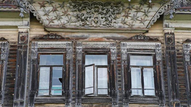 Lihat ciri khas ornamen pada bagian jendela rumah khas Rusia. Rumit, namun cantik. Namun usia tidak bisa bohong, rumah-rumah ini lapuk dimakan waktu (Maxim Shemetov/Reuters)