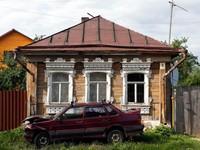 Beberapa warga meninggalkan begitu saja rumahnya karena rusak berat, sementara yang lain memilih berurbanisasi dan pindah ke kota besar. Rumah antik bergaya khas Rusia ini pun terbengkalai begitu saja (Maxim Shemetov/Reuters)