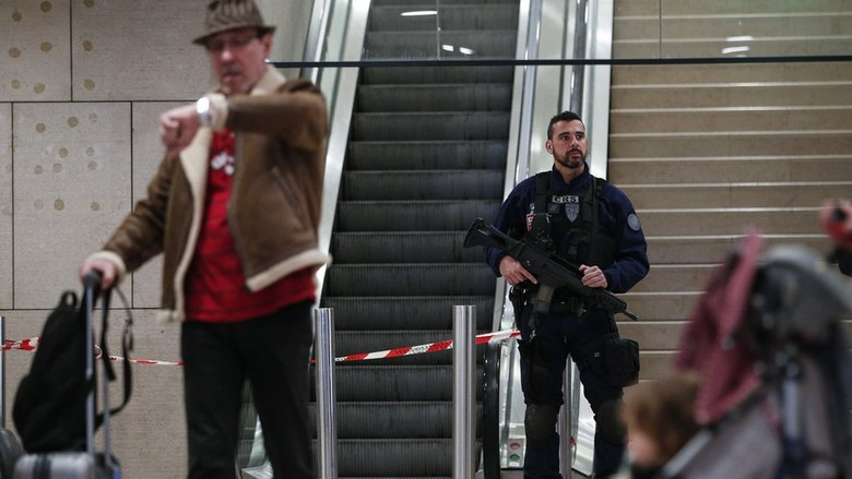 Penyerang Bandara Paris Telepon Ayahnya dan Minta Dimaafkan