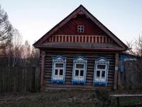 Rumah-rumah ini sudah berusia lebih dari 100 tahun. Meski masih tampak utuh, tapi tetap saja butuh perbaikan di sana-sini (Maxim Shemetov/Reuters)