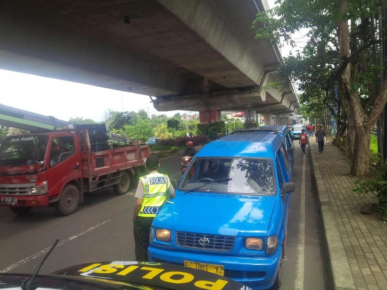 Angkot di Bogor Berhenti Beroperasi, Penumpang Dipaksa Turun