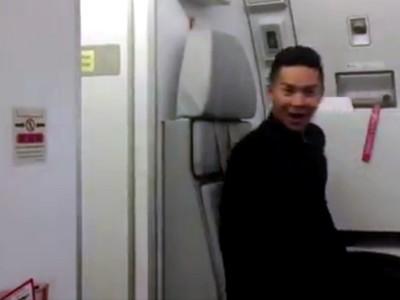 Saat Pramugara AirAsia Lincah Tirukan Video Klip Toxic Britney Spears