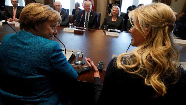 Ivanka Trump duduk di sebelah Kanselir Jerman Angela Merkel