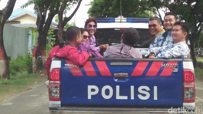 Gaya Susi Keliling Kota Naik Mobil Polisi Bak Terbuka