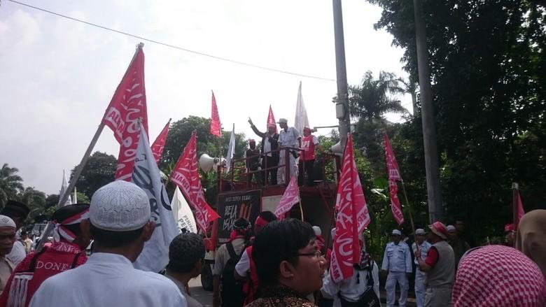 Sebelum Aksi, Massa Pengawal Sidang Ahok Simak Rekaman Orasi Rizieq