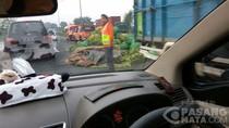 Ada Jagung Berserakan di KM 51, Tol Merak Arah Jakarta Tersendat