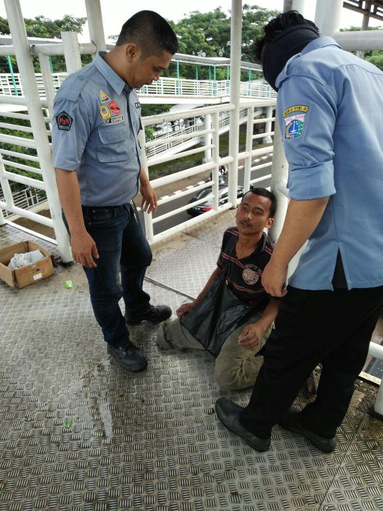 Pengemis Pura-pura Buntung Diamankan di JPO Pesakih, Jakarta Barat