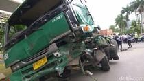 Truk Kontainer Tabrak 3 Mobil di Kelapa Gading