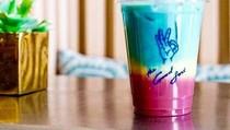 Slurrp! Rainbow Iced Latte yang Cantik Ini Dibuat dari Kunyit hingga Bit