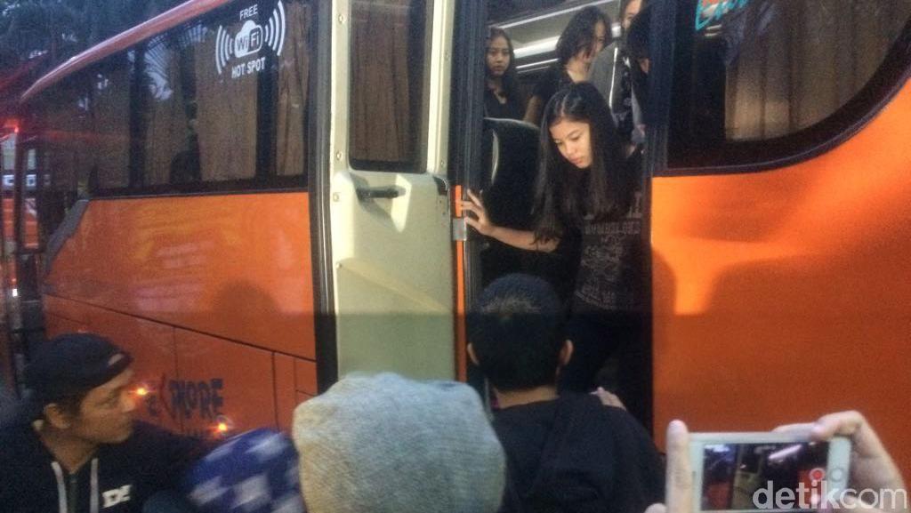 Hitam-hitam, Member JKT48 Berduka Melayat ke Rumah Inao Jiro